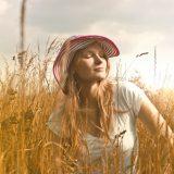 畑の中で日光浴をする白人女性