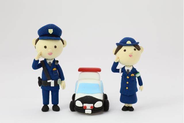 警察官と婦警とパトカー