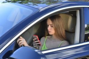 運転中にスマホを操作する女性