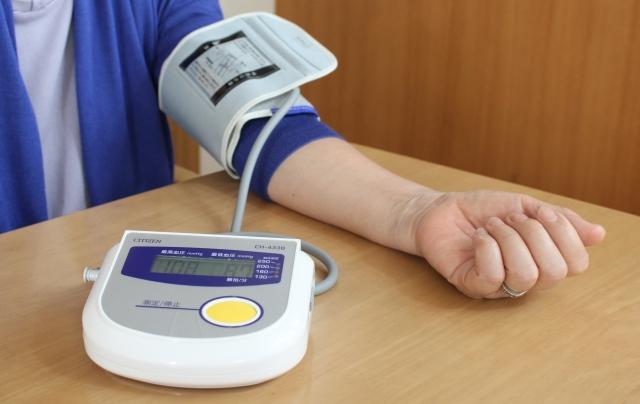 血圧を計測する人