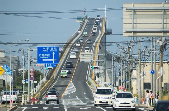 島根にある急な坂道で有名な江島大橋(ベタ踏み坂)