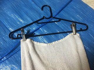 一般的な市販ハンガーと洗濯バサミを使ってキッチンマットを干す方法