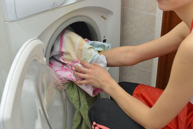 ドラム式洗濯機にキッチンマットを入れる専業主婦