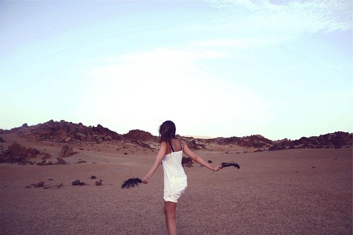 キャミソール姿で砂漠を歩く白人女性
