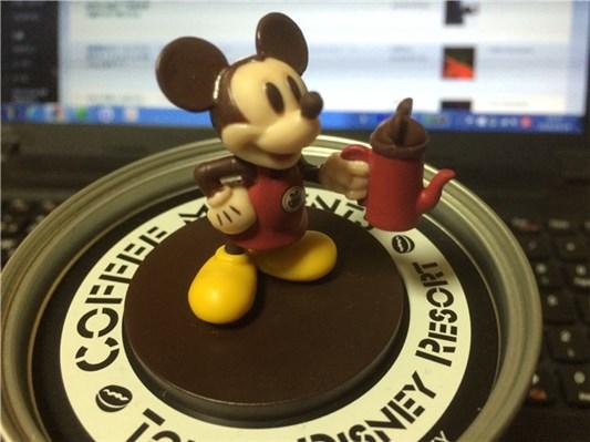 缶のフタ部分に立っているミッキーマウス