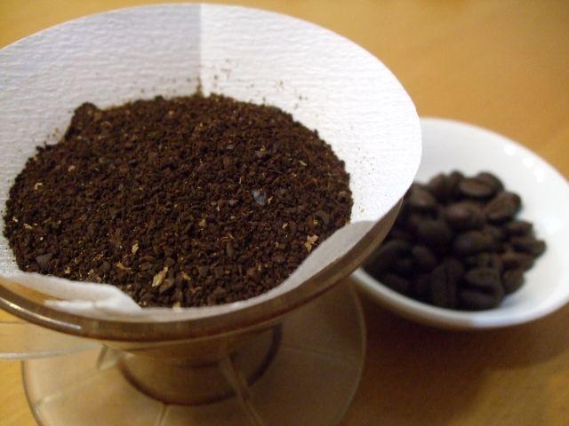 コーヒー豆とドリップ後のコーヒー粉