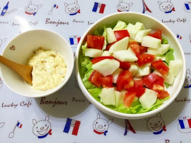 新鮮なサラダとお皿に盛り付けられたマヨネーズ