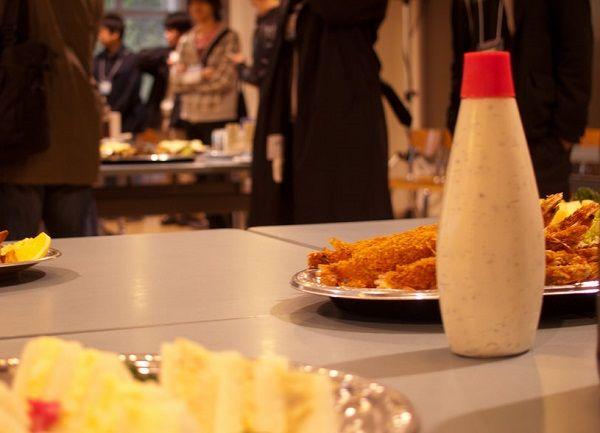 食卓に置かれたマヨネーズと料理