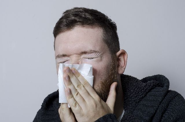 鼻水をかむ男性