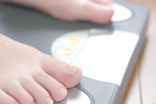 体重計に乗っている足