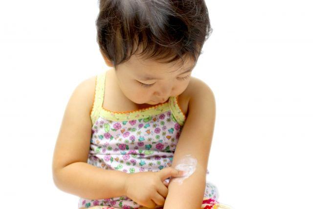 腕に薬をつける赤ちゃん