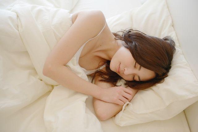 不眠症を治してぐっすり安眠する女性