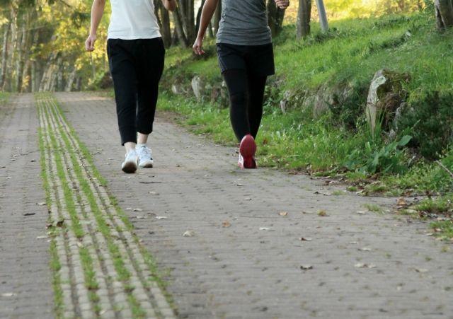 歩道をウォーキングする2人組