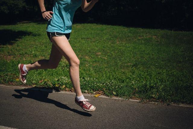 ランニングしている女性の足元