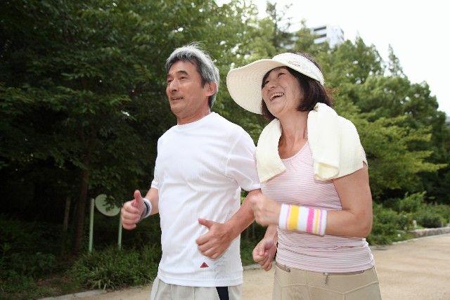 健康維持のためにランニングする老夫婦