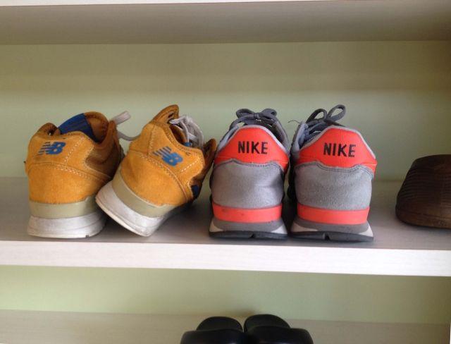 寄り添うように置かれているピンクのナイキの靴と、ブラウンのニューバランスの靴