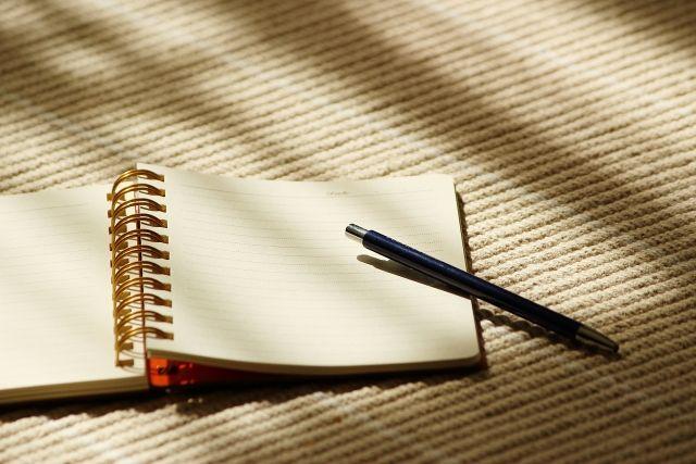 メモ用のノートとボールペン