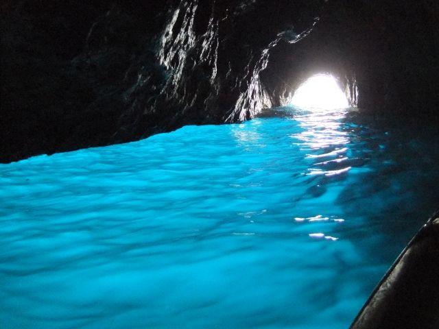 光が差し込む青の洞窟