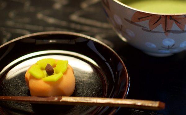 喜泉庵の栗をあしらった和菓子とお茶