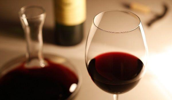 食卓に置かれた赤ワイン