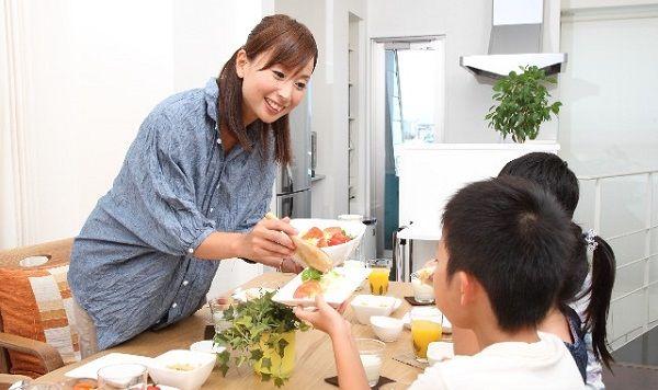 健康的な食事を楽しむ母と子供たち