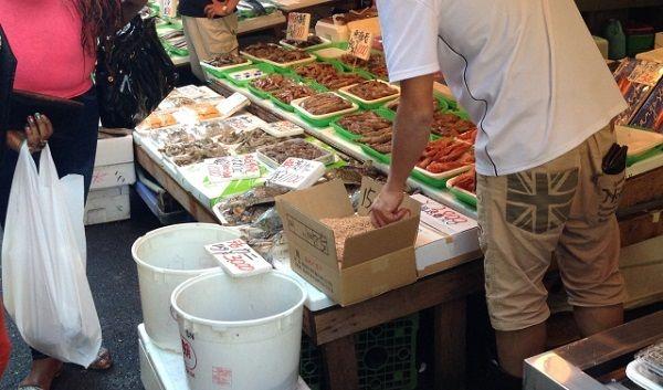 値札が並べられたお魚屋さんの店頭