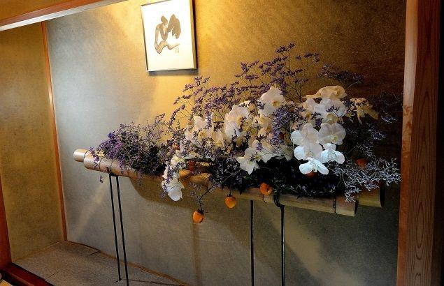 床の間に飾られた草月流の生け花