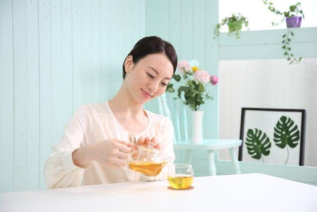 美味しい紅茶の淹れ方を実践する黒髪女性