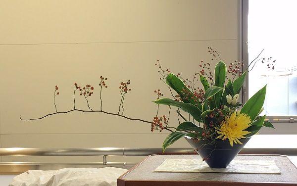 JR嵯峨嵐山駅改札脇に展示してある嵯峨御流生け花