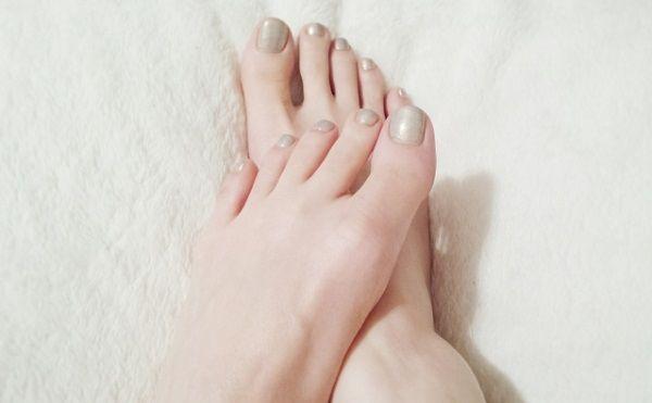 擦り合わせている女性の裸足