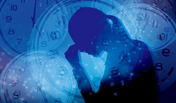時間とストレスに押しつぶされて目頭を押さえる女性