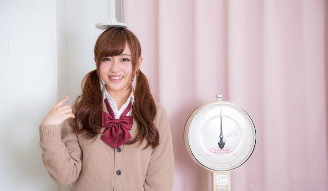 保健室で身長測定をする女子高生
