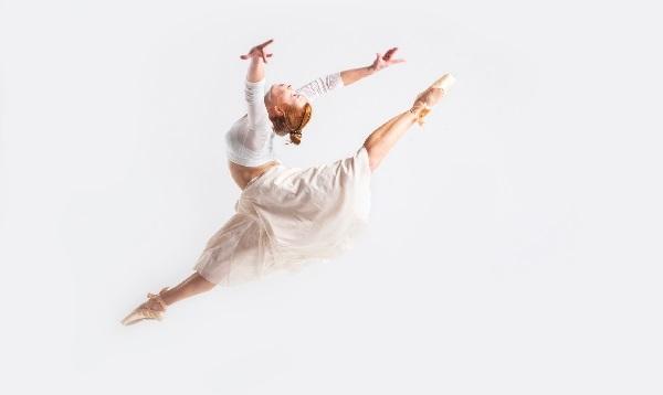 ジャンプするバレリーナ女性選手