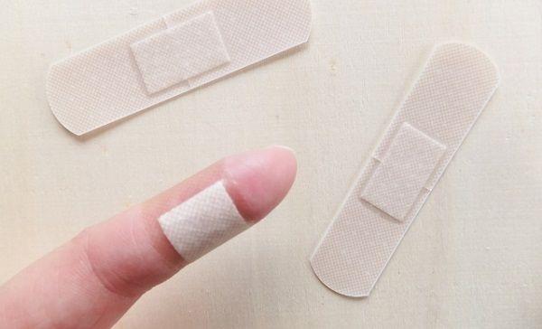 指に貼られた絆創膏