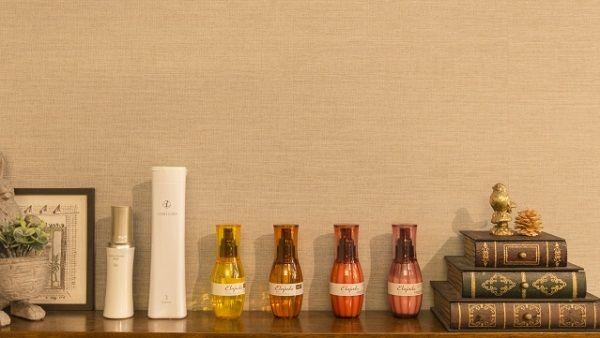 棚に並べられたアロマオイルや化粧品の瓶