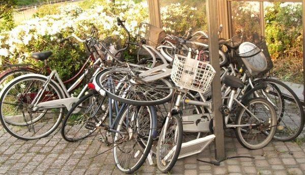 ゴミのように積み上げられた沢山の自転車