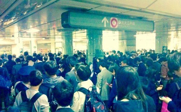 災害で混雑する地下鉄