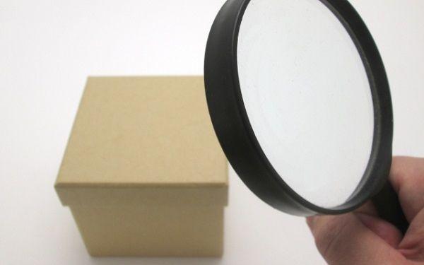 虫眼鏡で箱を観察