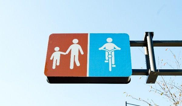 歩行者と自転車の通行帯を支持する標識