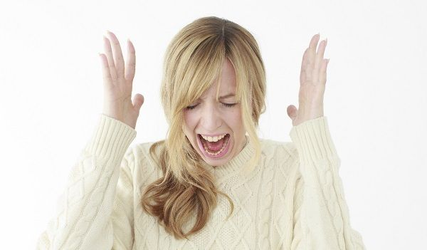 発狂して叫ぶ金髪外国人女性