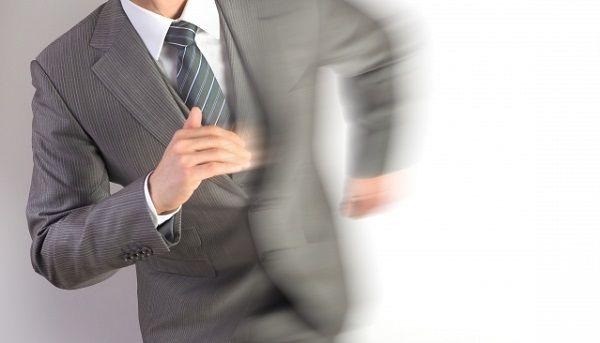 ダッシュで走るスーツの男性