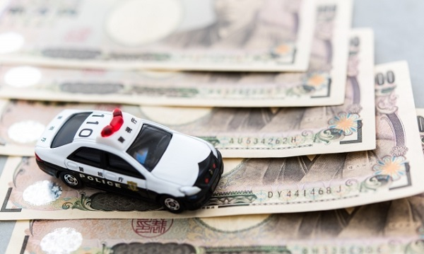 パトカーと一万円札