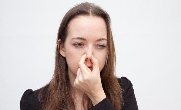 臭くて鼻を摘む女性