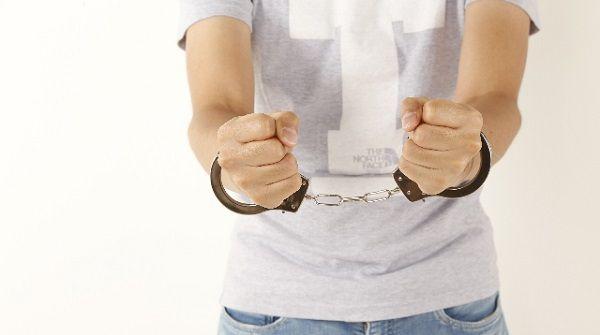 犯罪を犯して手錠を掛けられた男性
