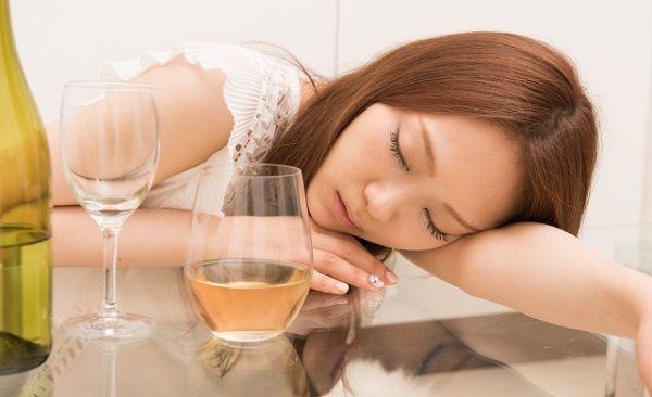 酔いつぶれて寝てしまった若い女性