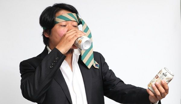 頭にネクタイを巻いてビールを飲む男性サラリーマン