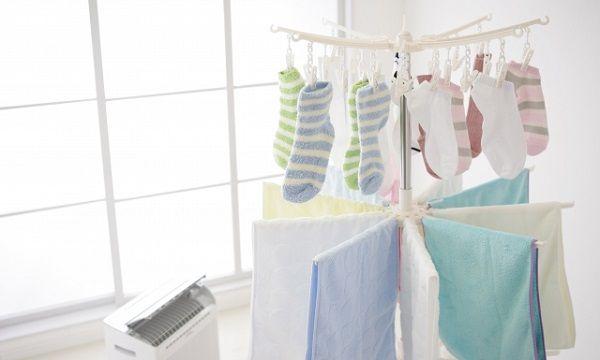 室内に干された洗濯物