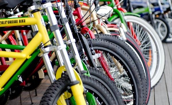 駐輪場に並んだ沢山の自転車