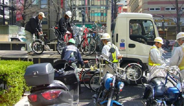 撤去のために作業員によってトラックに積み込まれる放置自転車