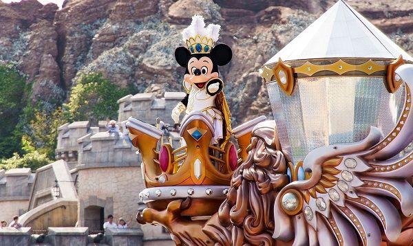 パレード中のミッキーマウス